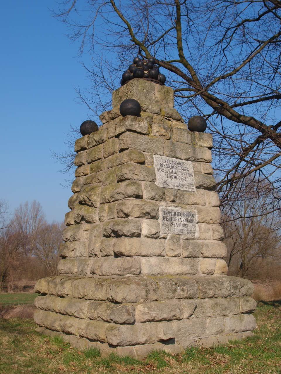 obelisk ku czci poległych w bitwie Francuzów, Rosjan i Prusaków
